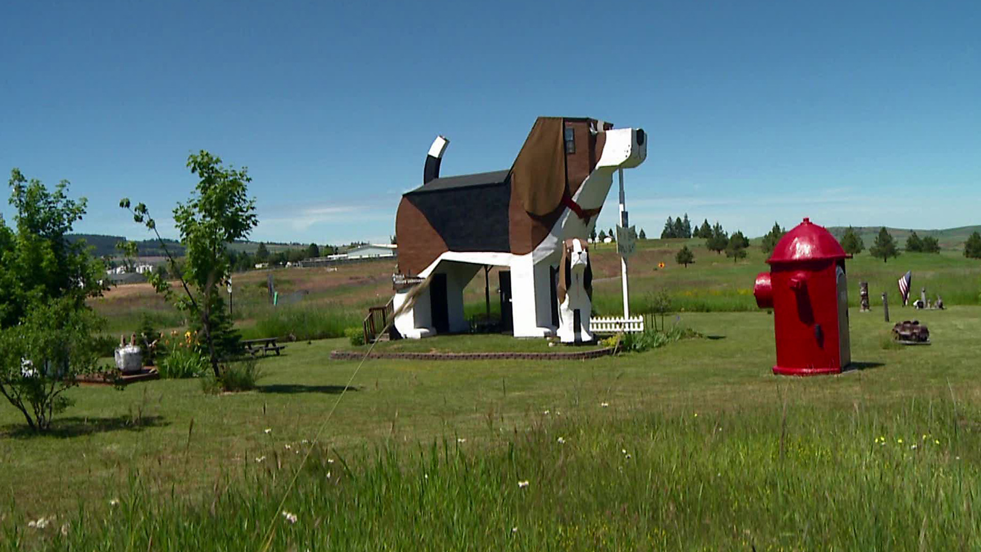 A cabin is built in the shape of a dog.